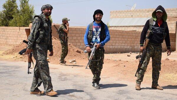 YPG, Suriye'nin kuzeyindeki Demokratik Özerk Yönetim'in askeri gücü ve bünyesinde Kürt, Arap, Süryani, Çeçen ve bölgedeki diğer azınlıklardan savaşçılar bulunuyor. - Sputnik Türkiye