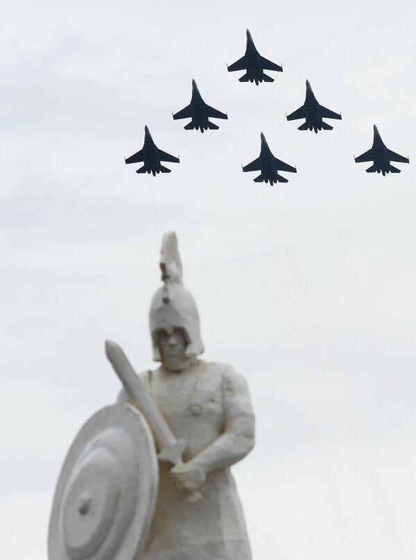 Alabino Bölgesindeki Uluslararası Ordu oyunlarının açılış töreninde, Rusya Hava Kuvvetlerinin akrobasi timi Rus Şövalyeleri, gösteri sundu - Sputnik Türkiye