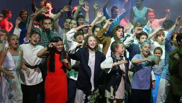 Aleksandrovsk Tiyatrosu'nda Rus Rosatom şirketinin organize ettiği Nuclear Kids-2015 projesi kapsamında sahnelenen müzikalde Rusya, Belarus, Türkiye, Macaristan, Vietnam, Ukrayna ve Çek Cumhuriyeti'nden 70 çocuk yer aldı - Sputnik Türkiye