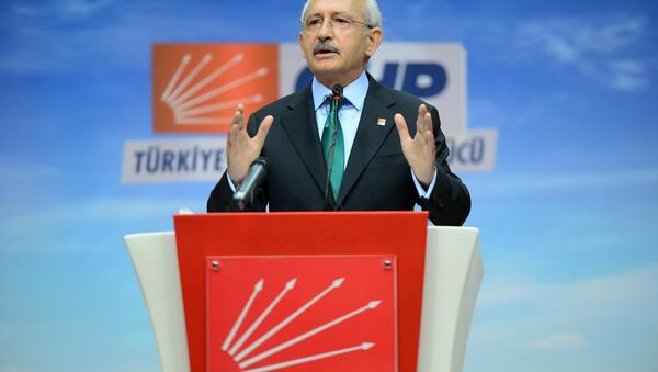 AK Parti ile koalisyon ihtimalinin ortadan kalkmasının ardından CHP lideri Kılıçdaroğlu, kendilerine koalisyon değil 3 aylık bir seçim hükümeti önerildiğini söyledi ve ekledi: 'Belli konuları konuşup, parlamentoda yaptıktan sonra 3 ay içinde seçime gidelim' diye. Bu bize uygun değildi. - Sputnik Türkiye