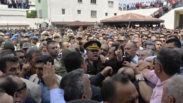 Şırnak'ta şehit olan Yüzbaşı Ali Alkan'ın cenaze namazında, şehidin ailesi hükümete ve törene katılan AK Parti milletvekillerine tepki gösterdi. - Sputnik Türkiye