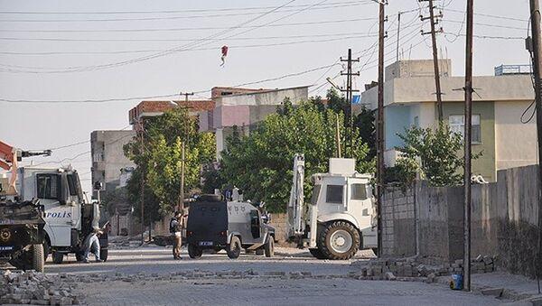 Mardin Nusaybin'de açılan hendekleri kapatan güvenlik güçlerine uzun namlulu silahla ateş açıldığı belirtildi. - Sputnik Türkiye