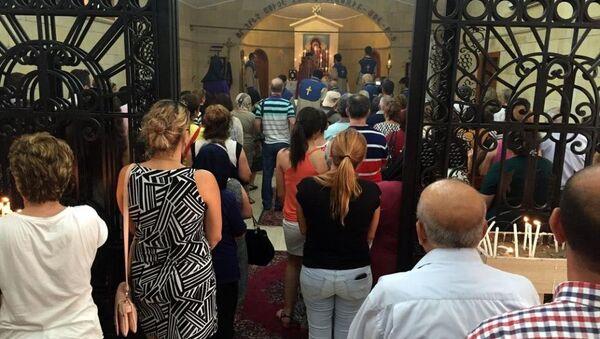 Her yıl Ağustos ayının 15'inci gününe en yakın pazar günü gerçekleştirilen kutlamalar, Meryem Ana Kilisesi'nde Türkiye Ermenileri Patrikliği Genel Vekili Başpiskopos Aram Ateşyan ve Vakıflı Mahallesi Papazı Avedis Tabaşyan'ın yönettiği, ilahiler ve dualar okunan ayinle sona erdi. - Sputnik Türkiye