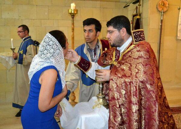 Ermenilerin üzüm oruçlarını da bozdukları bayramda, kiliseyi dolduran cemaate kutsanmış olduğuna inanılan üzümler dağıtıldı. Kazanlarda pişirilen buğday ve et karışımı ''Hirisi'' yemeği de katılımcılara ikram edildi. - Sputnik Türkiye