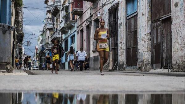 Şehrin korsan saldırılarından korunması için yapılan kale ve surlar, küçük meydanlar, müzeler ve tarihi evleriyle göze çarpan dar sokakları da Eski Havana'nın göze çarpan karakteristik özelliklerini oluşturuyor. - Sputnik Türkiye