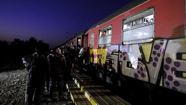 Yunanistan'dan Makedonya'ya geçmeyi başaran sığınmacılar trenlerle Macaristan'a gitmeye çalışıyor - Sputnik Türkiye