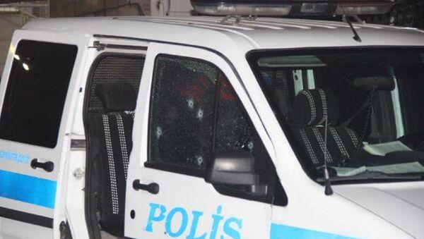 Aracın kırılan cam parçalarının üzerlerine sıçraması sonucu 2 polis yaralandı. - Sputnik Türkiye
