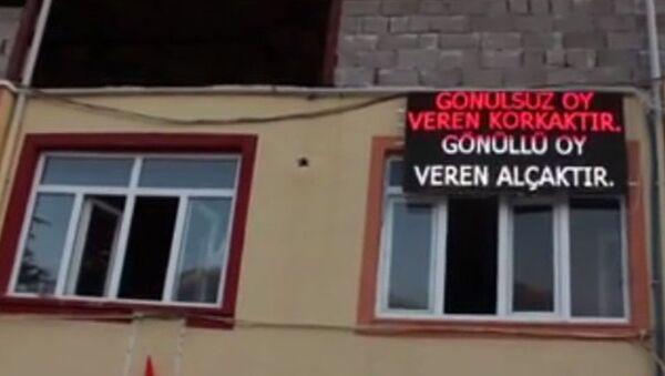 AK Partili Mehmet Özeren, ışıklı pano mesajı - Sputnik Türkiye