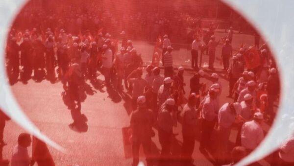 Yürüyüşe katılanlara bayrak, şapka ve düdük dağıtıldı. - Sputnik Türkiye