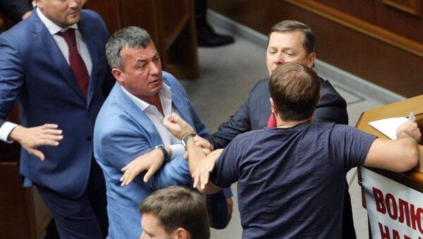 Ukrayna parlamentosunda Radikal Parti lideri Oleg Lyaşko (sağ) ile bazı milletvekilleri arasında kavga çıktı. - Sputnik Türkiye
