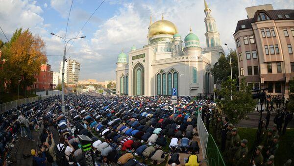 Moskova Ulu Camii'ndeki bayram namazı - Sputnik Türkiye