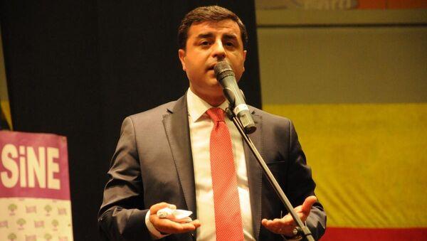 HDP Eş Genel Başkanı Selahattin Demirtaş Leverkusen'deki Smidt Arena'da düzenlenen Dayanışma Gecesi'nde konuştu. - Sputnik Türkiye
