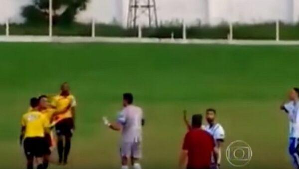 Hakemden futbolculara tabancayla tehdit - Sputnik Türkiye