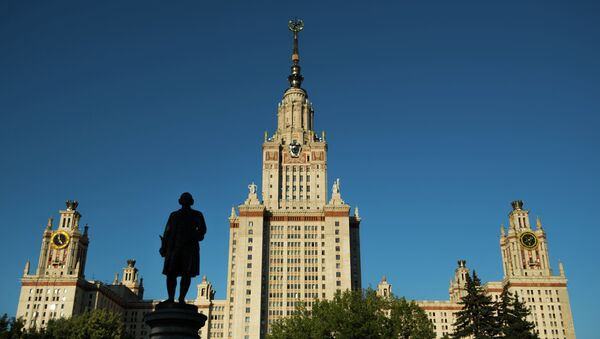 Moskova Devlet Üniversitesi ve Mihail Lomonosov'un anıtı. - Sputnik Türkiye
