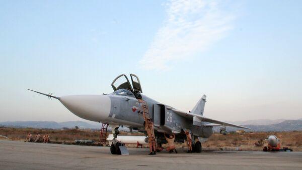 Teknik personel Suriye'deki Hmeimim Hava Üssü'ndeki Rus Su-24 jetlerinin  denetimini yapıyor / Fotojet - Sputnik Türkiye