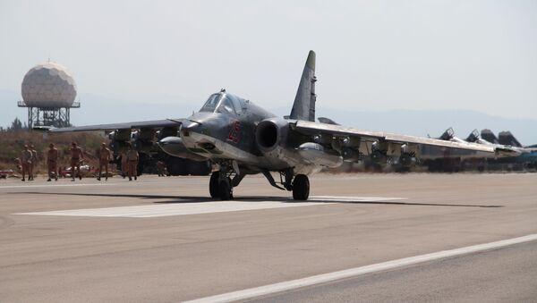 Lazkiye'deki Hmeimim hava üssündeki Rus Su-25 jeti - Sputnik Türkiye