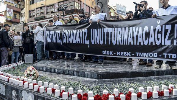 Ankara'daki terör saldırısında hayatını kaybedenler, KESK, DİSK, TMMOB ve TTB'nin çağrısıyla Sakarya Caddesi'nde düzenlenen etkinlikte anıldı. - Sputnik Türkiye