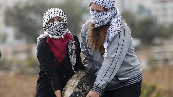 Batı Şeria'da Filistinliler İsrail askerleriyle çatışıyor - Sputnik Türkiye
