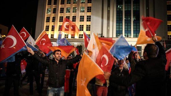 1 Kasım Seçimleri sonrasında AK Parti destekçileri Genel Merkezi önünde toplanmaya başladı. - Sputnik Türkiye