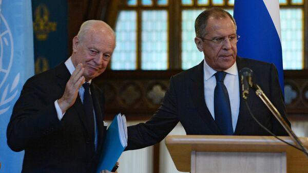 Rusya Dışişleri Bakanı Sergey Lavlov ve BM'nin Suriye Özel Temsilcisi Staffan de Mistura - Sputnik Türkiye