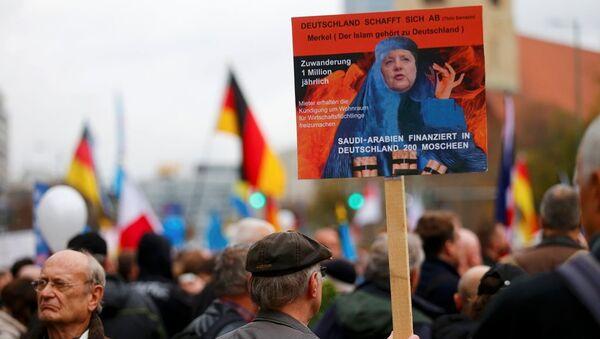 Almanya'nın başkenti Berlin'de göçmen karşıtı AfD Partisinin düzenlediği yürüyüşte binlerce kişi katıldı. - Sputnik Türkiye