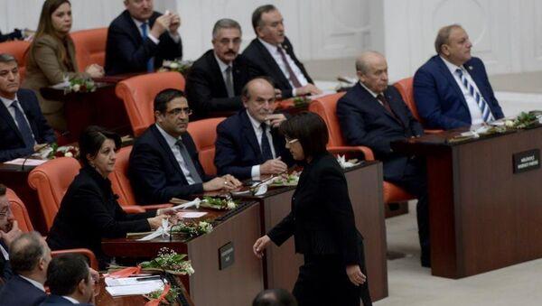 HDP Milletvekili Leyla Zana yemine Kürtçe başlayıp ardından da metni eksik okuduktan sonra genel kurul salonundan ayrıldı. - Sputnik Türkiye