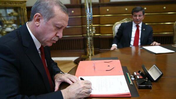 Cumhurbaşkanı Recep Tayyip Erdoğan, AK Parti Genel Başkanı ve Başbakan Ahmet Davutoğlu başkanlığında kurulan 64. Türkiye Cumhuriyeti Hükümetini onayladı. - Sputnik Türkiye