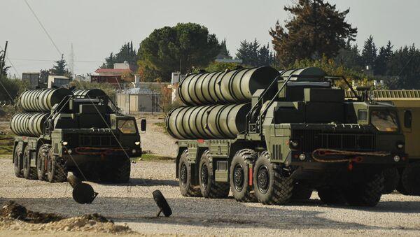 S-400 hava savunma füze sistemi, Rusya'nın Suriye'deki Hmeymim hava üssünde Rus savaş uçaklarının güvenliğini sağlamak için. - Sputnik Türkiye