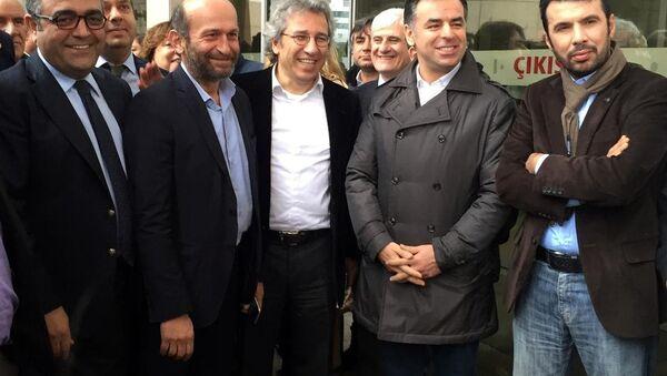 Cumhuriyet Gazetesi Genel Yayın Yönetmeni Can Dündar (önde ortada) ve Ankara Temsilcisi Erdem Gül (önde sol 2) - Sputnik Türkiye