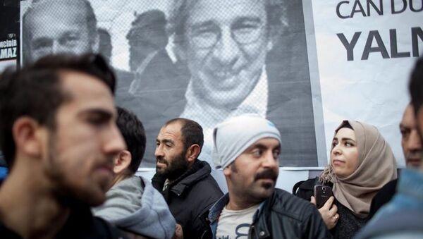 Cumhuriyet gazeteci önünde Can Dündar ve Erdem Gül'ün tutuklanmasına tepki. - Sputnik Türkiye
