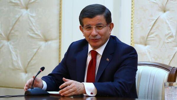 Başbakan Ahmet Davutoğlu, resmi temaslarda bulunmak için geldiği Azerbaycan'da Cumhurbaşkanı İlham Aliyev'le ortak basın toplantısı düzenledi. - Sputnik Türkiye