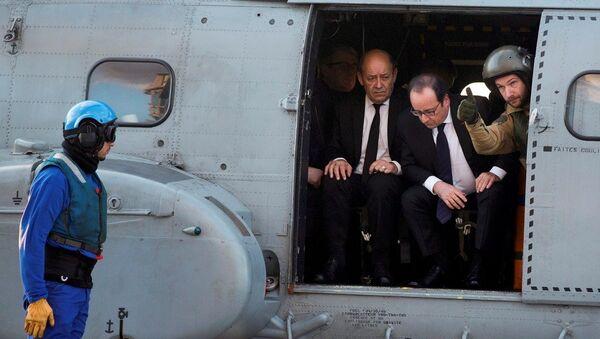 Fransa Cumhurbaşkanı François Hollande, Charles de Gaulle'ü ziyaret etti - Sputnik Türkiye