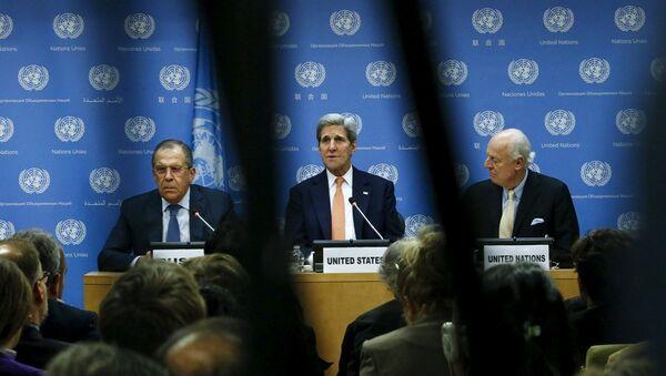 Rusya Dışişleri Bakanı Sergey Lavrov, ABD'li mevkidaşı John Kerry ve BM Suriye Özel Temsilcisi Staffan de Mistura - Sputnik Türkiye