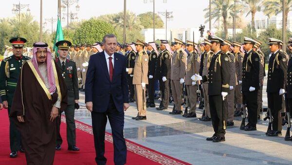 Suudi Arabistan Kralı Selman bin Abdülaziz Al Suud, Cumhurbaşkanı Recep Tayyip Erdoğan'ı El Yamamah Sarayı'nda resmi törenle karşıladı. - Sputnik Türkiye