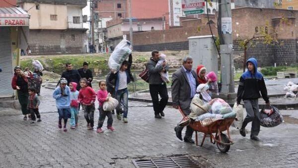 Çatışmaların sürdüğü Cizre'den vatandaşlar kaçıyor. - Sputnik Türkiye
