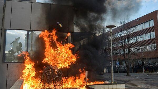 Kosova'da hükümet binası ateşe verildi - Sputnik Türkiye