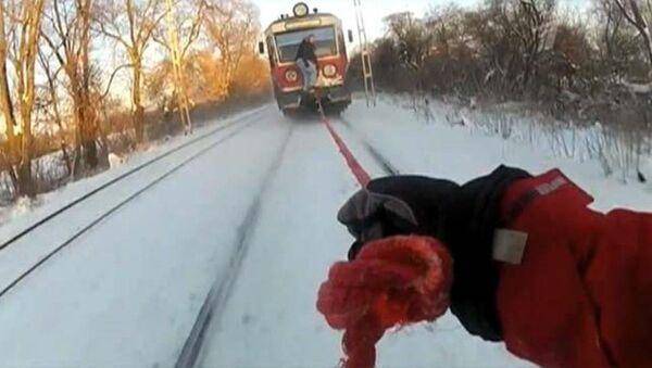 Trene bağlı ipe tutunarak kayak yapan çılgın Rus - Sputnik Türkiye