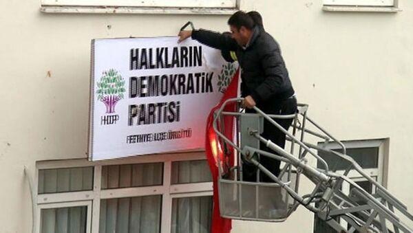 Fethiye'de HDP tabelası söküldü. - Sputnik Türkiye