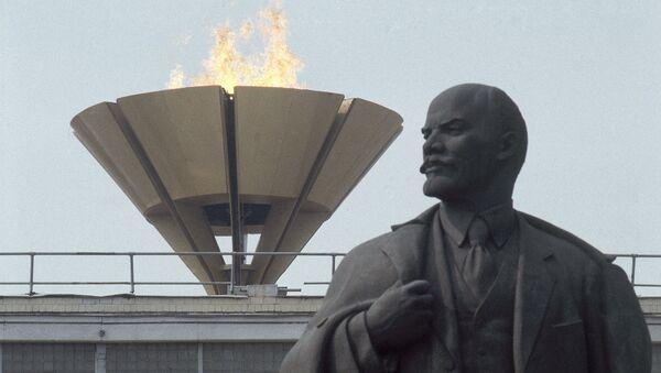 The Olympic flame rises over statue of Lenin outside Lenin Stadium in Moscow during the 1980 Olympic Games - Sputnik Türkiye