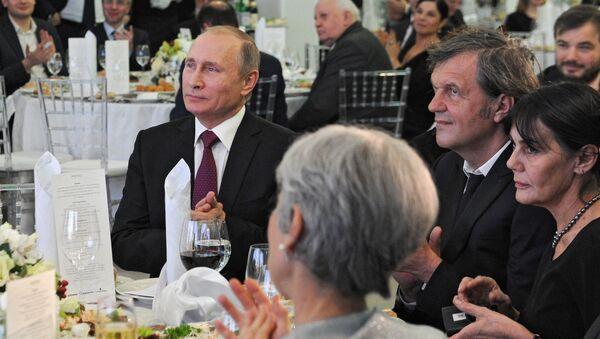 Rusya Devlet Başkanı Vladimir Putin- Sırp yönetmen Emir Kusturica - Sputnik Türkiye