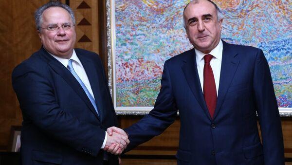 Azerbaycan Dışişleri Bakanı Elmar Memmedyarov (sağda),resmi temaslarda bulunmak üzere Azerbaycan'a gelen Yunanistan Dışişleri Bakanı Nikos Kotzias (solda) ile görüştü. - Sputnik Türkiye