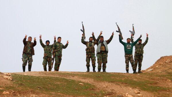 Halep'in kuzeyindeki Kiffin kasabasını geri alan Suriye ordusu askerleri - Sputnik Türkiye