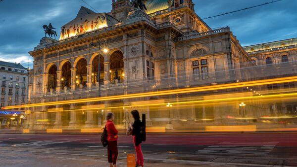 Viyana Devlet Operası önündeki durakta tramvay bekleyen kadınlar - Sputnik Türkiye