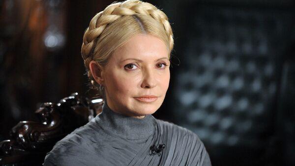 Eski Başbakan Timoşenko, başının tepesinde bağladığı örgülü saçlarının kendisine her şart altında rahatlık sağladığını ve uzun süreli bakım gerektirmediğini de ekledi.  - Sputnik Türkiye