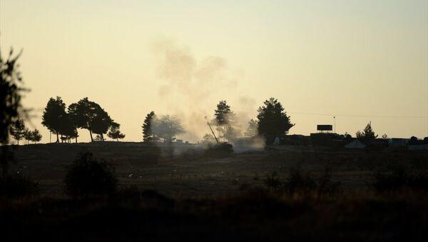 Türk Silahlı Kuvvetleri'nin (TSK) Kilis sınır hattında konuşlu birliklerinden Fırtına obüsleriyle, Halep'e bağlı Azez ilçesindeki PYD hedeflerine gerçekleştirilen top atışları devam ediyor. - Sputnik Türkiye