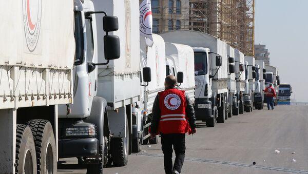 Şam'ı terk etmeye hazırlanan bir yardım konvoyu. - Sputnik Türkiye