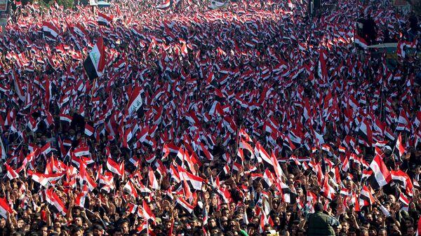 Sadr'ın çağrısıyla düzenlenen gösteride Irak bayrağı dışında hiçbir bayrak ve flamaya izin verilmedi. - Sputnik Türkiye