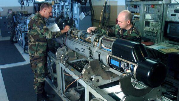 ABD Hava Kuvvetleri'ne ait AN/ALQ-184 elektronik saldırı poduna periyodik bakım yapan teknisyen askerler - Sputnik Türkiye