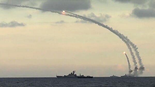 Rusya'nın Hazar Filosu Suriye'de IŞİD mevziilerine Kalibr-NK kruz füzeleri fırlatıyor - Sputnik Türkiye