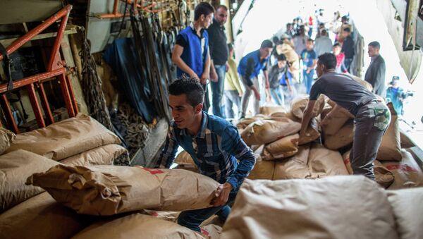Rusya'nın Suriye'ye ulaştırdığı insani yardım paketleri - Sputnik Türkiye